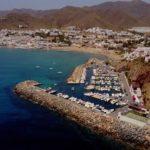 Club Nautico San José ligt schitterend achter een rotswand
