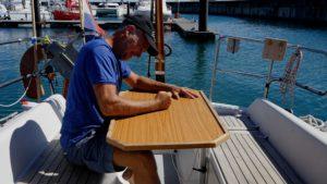 Een beetje schipper slaat een tafel doormidden